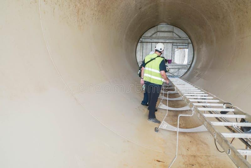 风轮机塔检查重要项目的服务工程师  图库摄影