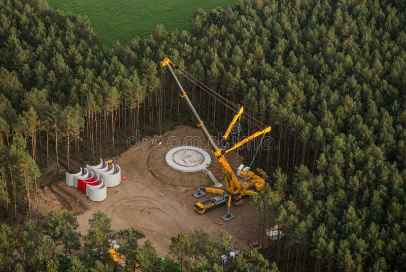 风轮机建筑在森林里-鸟瞰图 库存图片