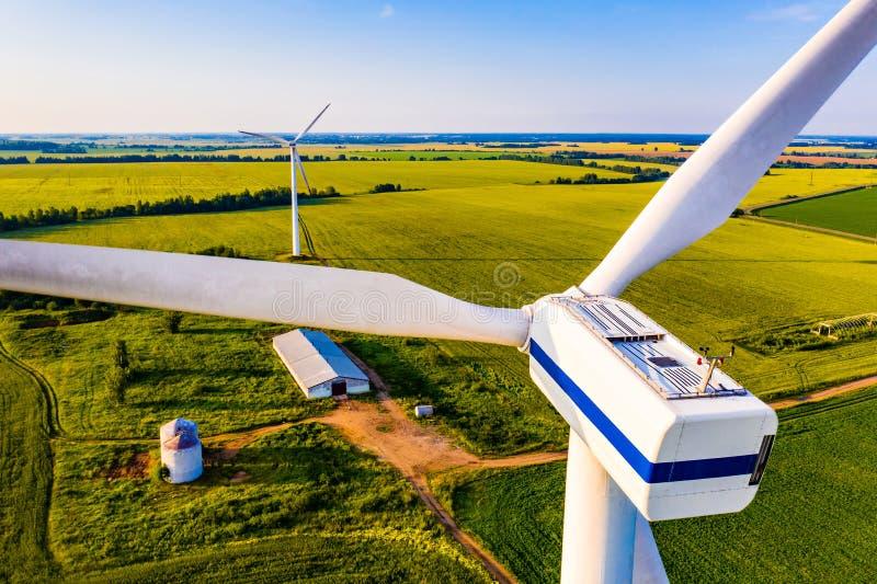 风轮机推进器关闭 Reneable能量在乡下 空中风景 库存照片