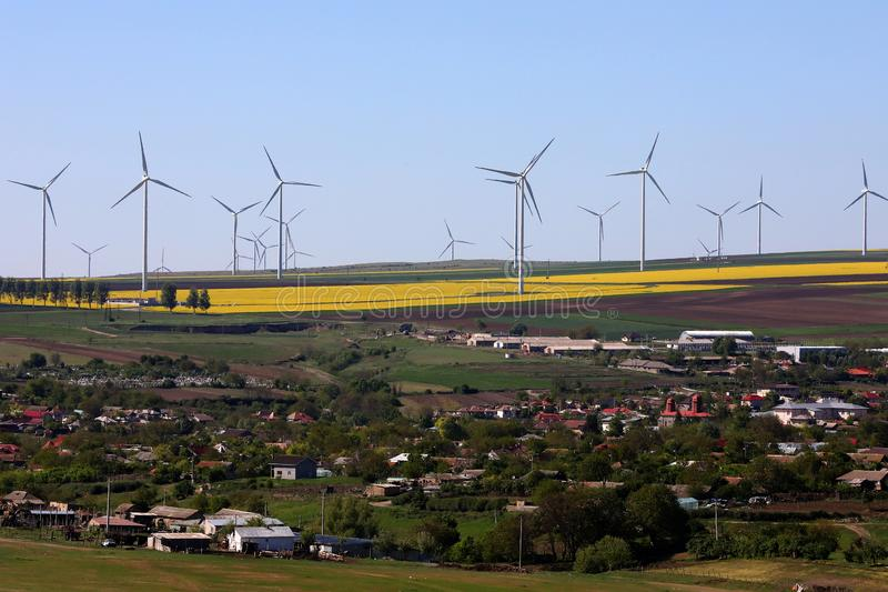 风轮机,整个村庄的可再造能源 免版税库存照片