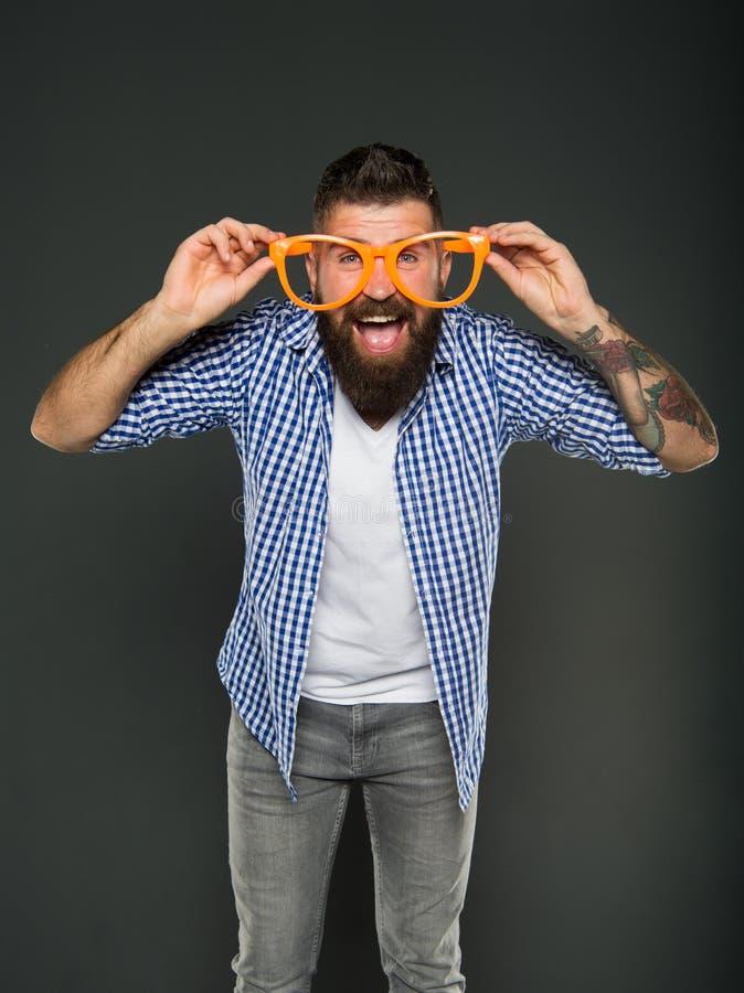 风镜做更多比改进您的视觉 佩带在灰色背景的有胡子的人花梢风镜 残酷行家看 库存图片