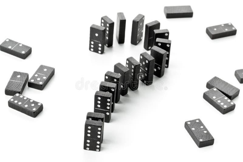 风险、挑战或者不确定性概念-多米诺比赛向形式扔石头 库存图片