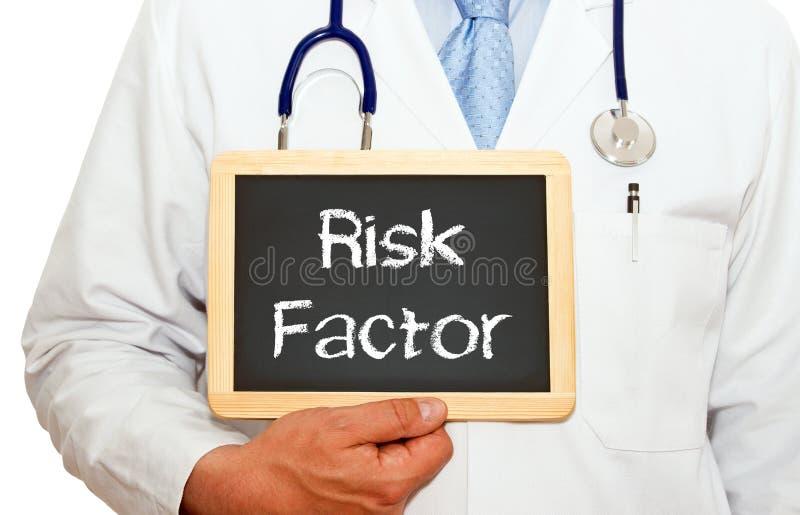 风险因素-有黑板的医生在白色背景 库存图片