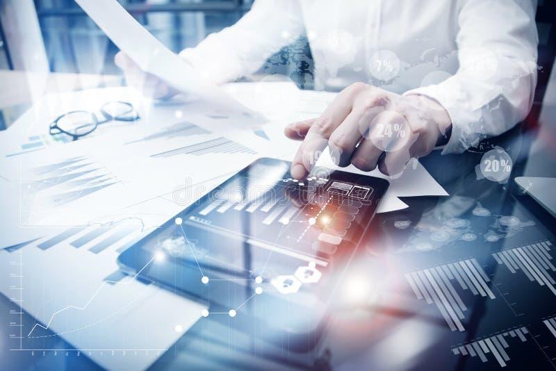 风险管理工作过程 生动描述贸易商工作市场报文件触摸屏片剂 使用全世界 免版税库存照片
