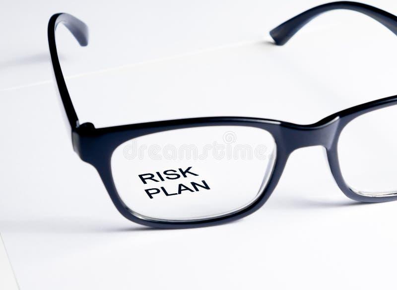 风险计划词把玻璃透镜,企业概念进行下去 免版税库存照片