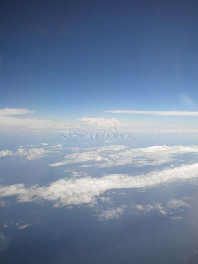 风雨如磐的云彩从上面发光了与太阳 从飞机的看法 免版税库存照片