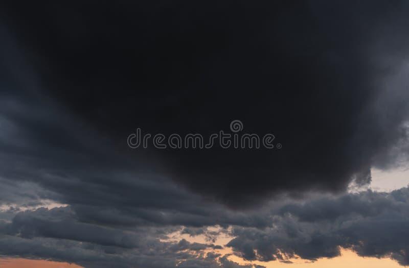 风雨如磐的云彩和日落 免版税库存照片