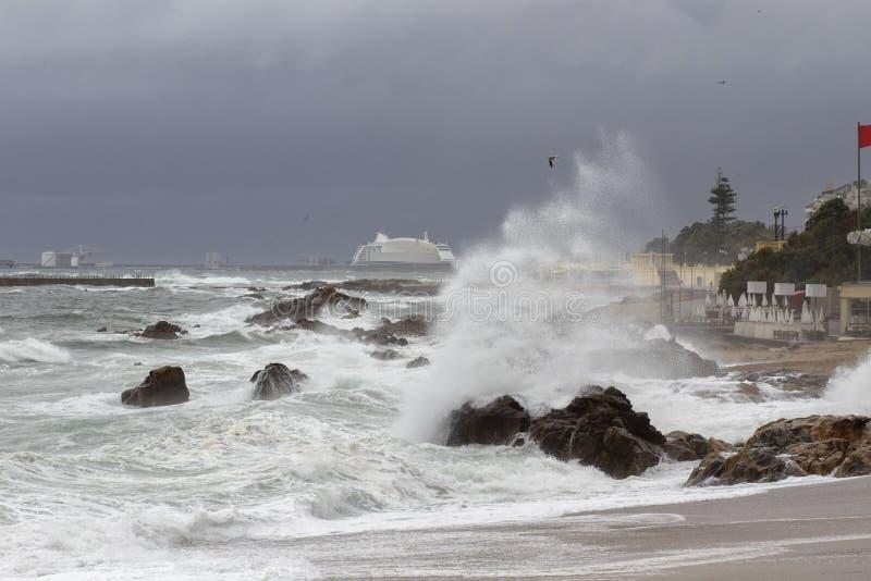 风雨如磐的城市沿海 库存照片