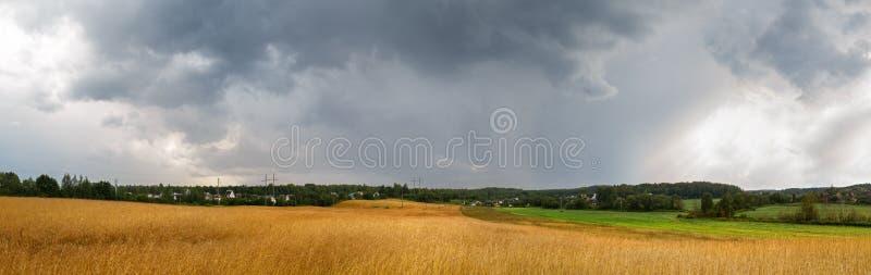 风雨如磐的天空和领域 免版税库存图片