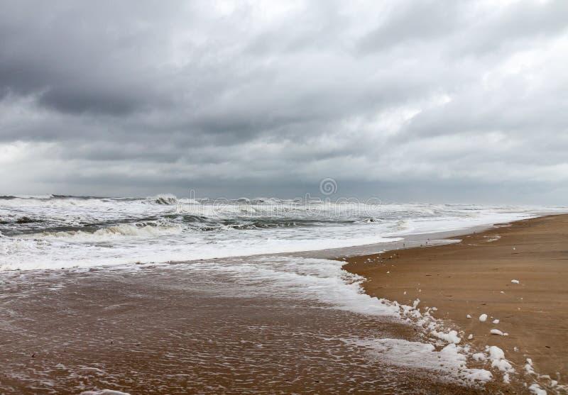 风雨如磐的天空,在Assateague全国野生生物保护区的海浪 免版税库存图片