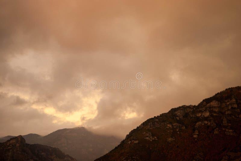 风雨如磐的山 免版税库存照片