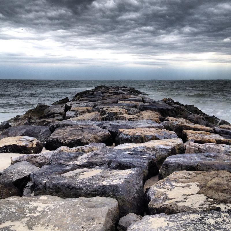风雨如磐的岸 免版税库存照片