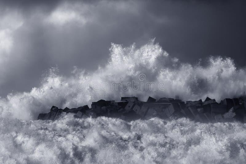 风雨如磐的波浪飞溅 库存照片
