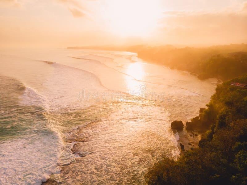 风雨如磐的波浪鸟瞰图在温暖的日出和沙滩的 最大的海浪在巴厘岛 库存图片