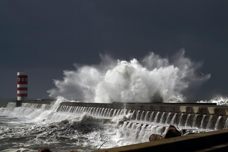 风雨如磐的波浪 免版税库存图片