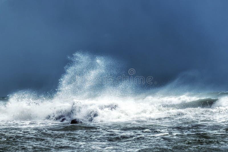 风雨如磐的海和高波浪 免版税库存图片