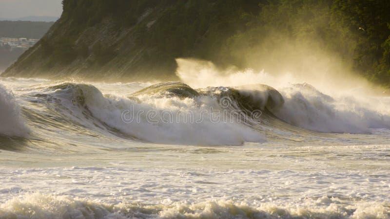 风雨如磐的海挥动海岸 免版税图库摄影