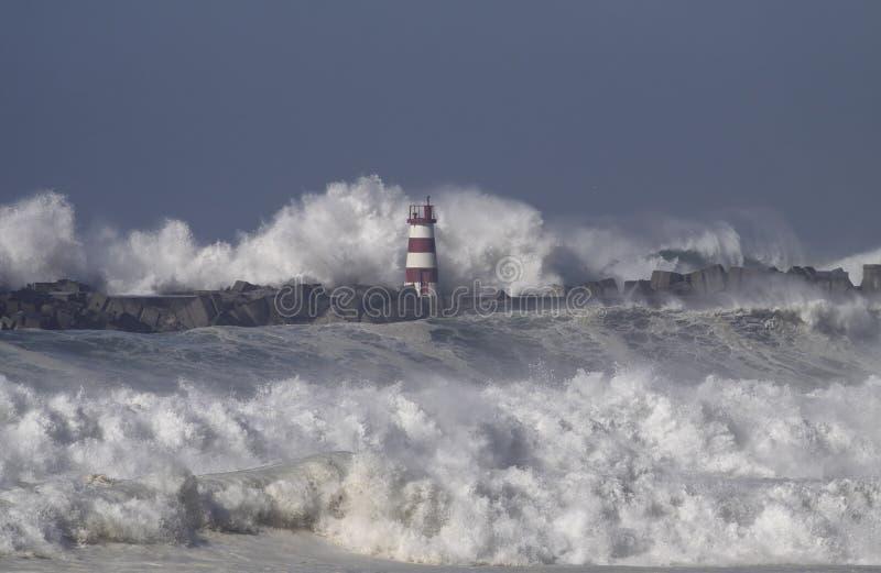 风雨如磐的海波浪飞溅 免版税库存照片