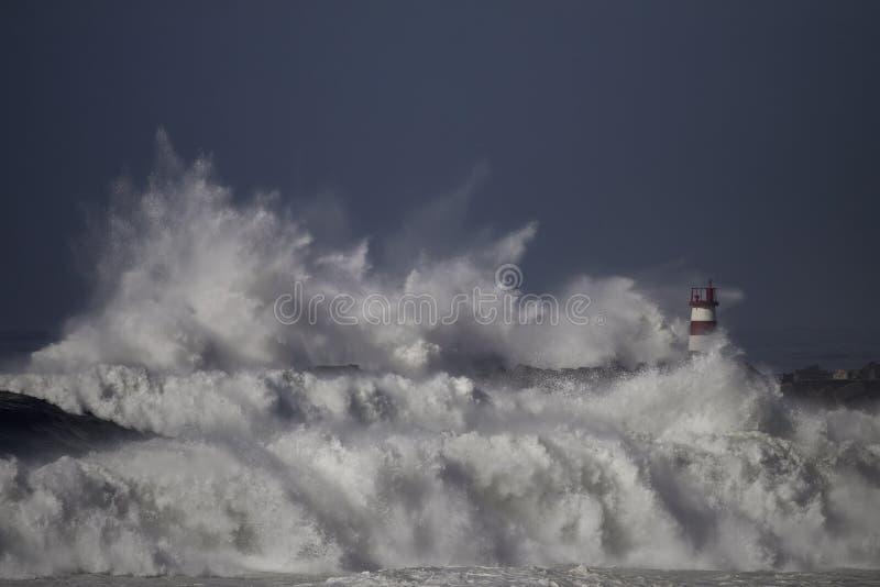 风雨如磐的海波浪飞溅 免版税库存图片