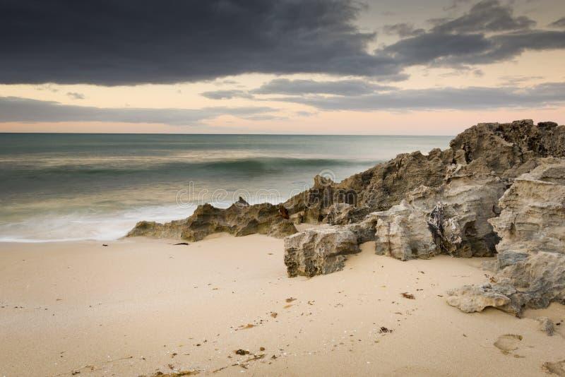风雨如磐的海滩 免版税库存照片