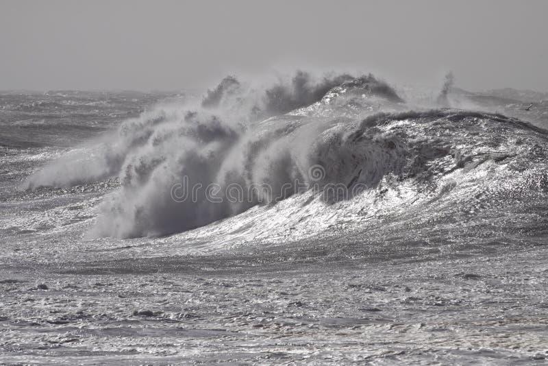风雨如磐的碎波 免版税图库摄影