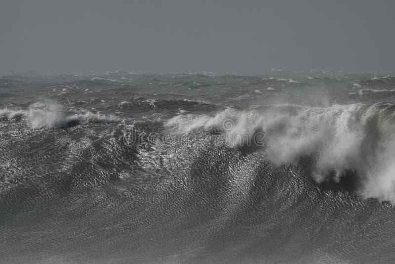 风雨如磐的碎波 免版税库存照片