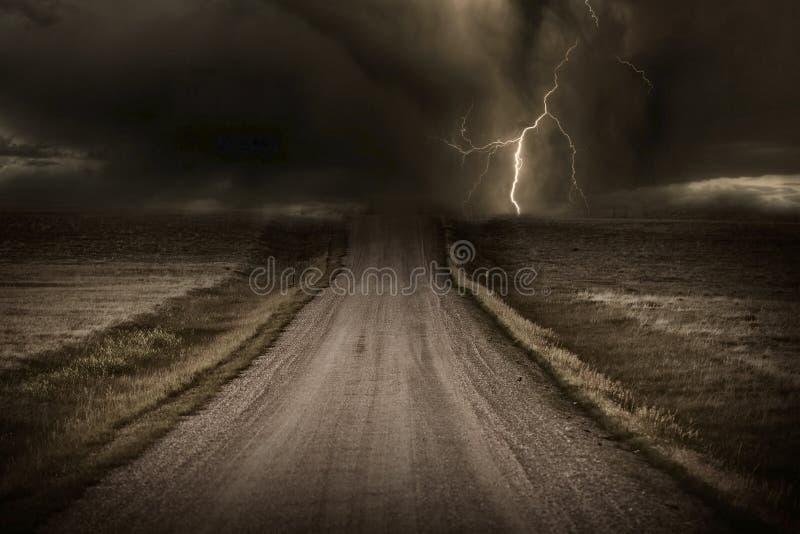 风雨如磐的路 免版税库存照片