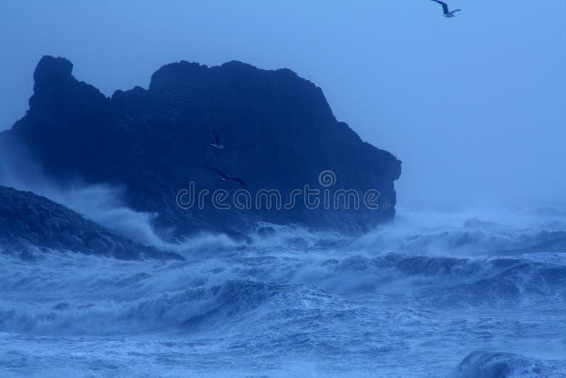 风雨如磐的风大浪急的海面 免版税库存照片