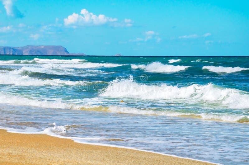 风暴在海岸克里特岛人海挥动 免版税图库摄影