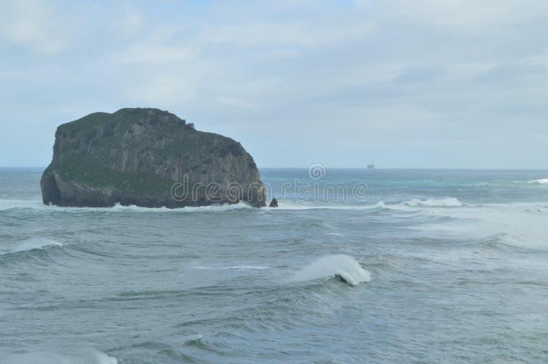 飓风雨果岩石有从圣胡安De Gaztelugatxe Here偏僻寺院的海困窘的看法是王位被摄制的比赛  免版税库存照片