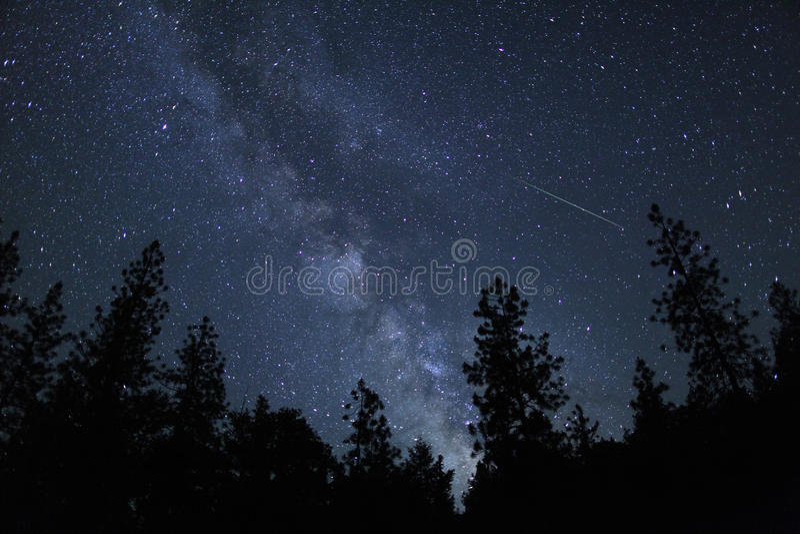 飞星火球条纹通过天空 图库摄影