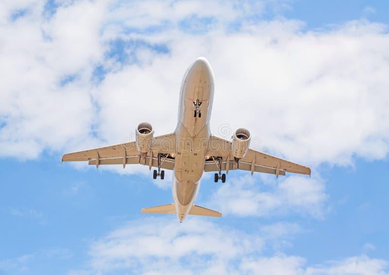 飞机从下面,与云彩的蓝天 库存照片