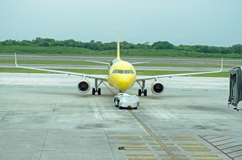 飞机从门被推挤用卡车 免版税库存图片