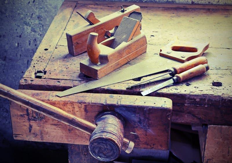 飞机和凿子和一把锯在工作凳 免版税库存图片