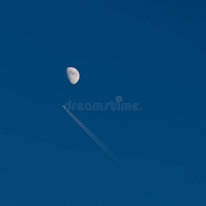 飞机和月亮在天空 免版税库存照片