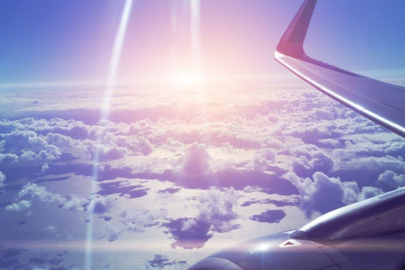 飞机和cloudscape,飞机窗口的看法的翼在蓝色地平线的 免版税库存照片