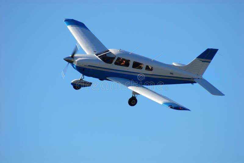 飞机唯一引擎的飞行 免版税库存图片