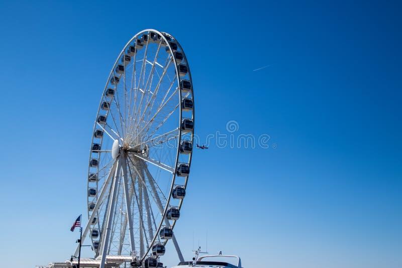 飞机在一清楚的天空蔚蓝在春天飞行通过弗累斯大转轮,描述假期/休闲 免版税库存图片