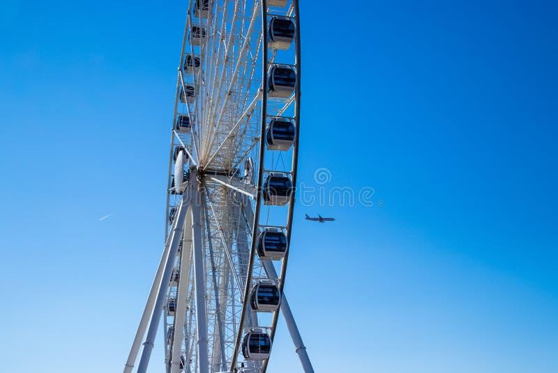 飞机在一清楚的天空蔚蓝在春天飞行通过弗累斯大转轮 库存照片