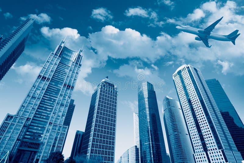飞机在天空下在上海 库存照片