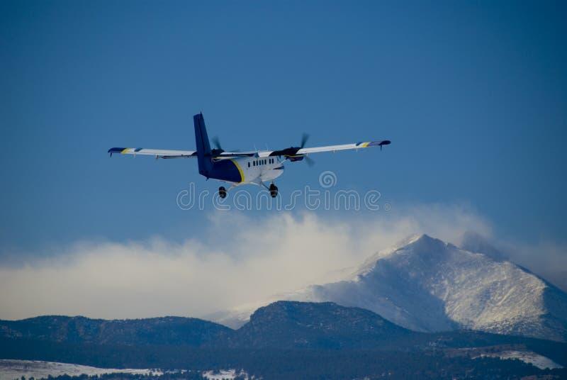 飞机在支柱的飞行山 免版税库存照片