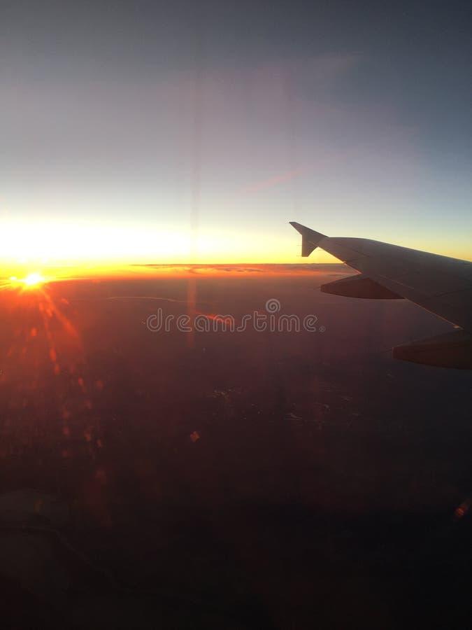 飞机在日落的窗口视图 免版税图库摄影