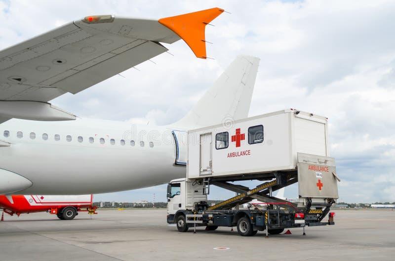 飞机在有装货梯子的机场残疾人的 免版税库存照片