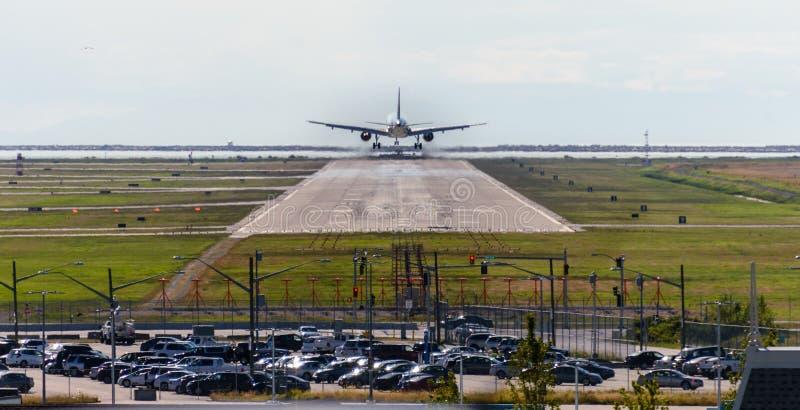 飞机在跑道做着陆在天时间 库存照片