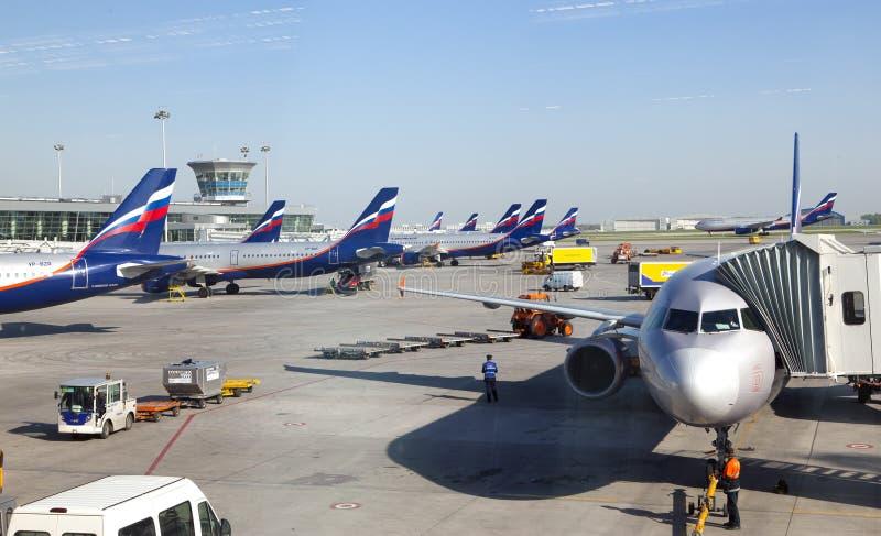 飞机在2010年5月8日的谢列梅国际机场在莫斯科,俄罗斯 图库摄影