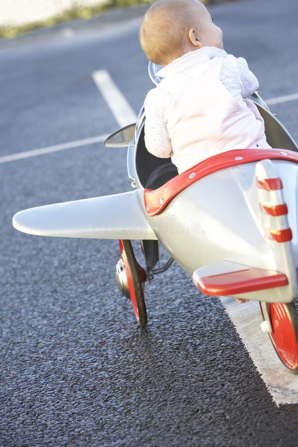 飞机女婴骑马玩具 免版税图库摄影