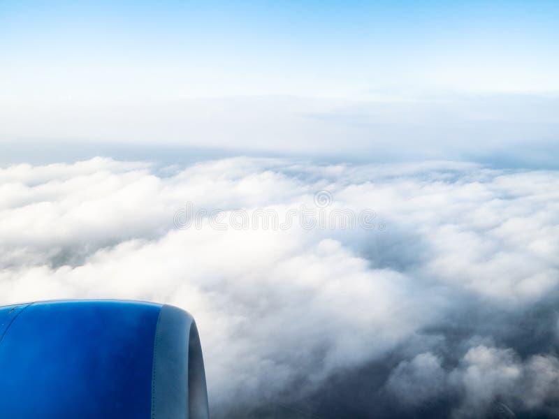 飞机引擎看法在密集的灰色云彩的 免版税图库摄影