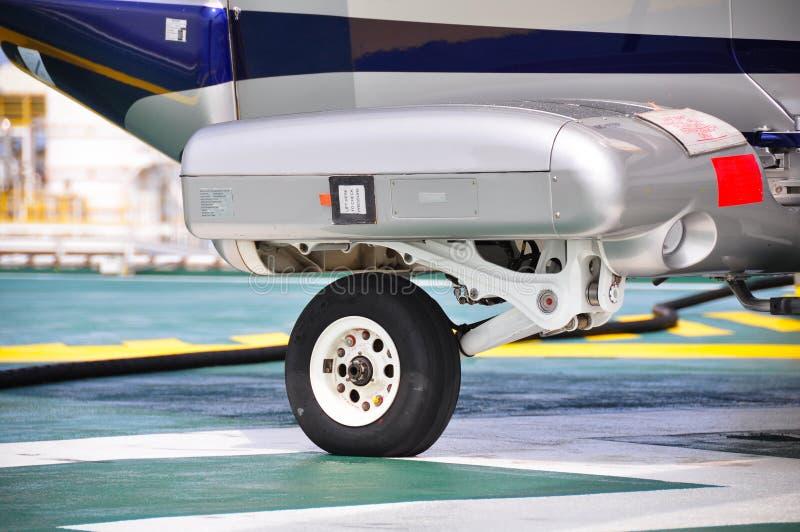 飞机或直升机停车处轮子在停车场的 飞机Suppension  免版税库存图片