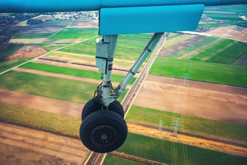 飞机把一台起落架引入 飞机准备好在跑道的到来在机场 免版税库存图片