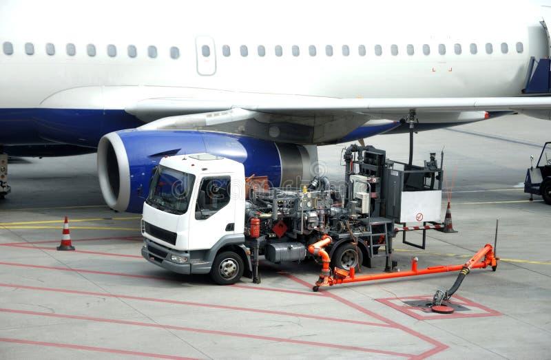 飞机换装燃料 免版税库存图片